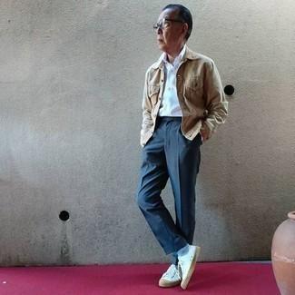 Come indossare e abbinare calzini azzurri: Metti una giacca di jeans marrone chiaro e calzini azzurri per un'atmosfera casual-cool. Mostra il tuo gusto per le calzature di alta classe con un paio di sneakers basse di tela bianche.
