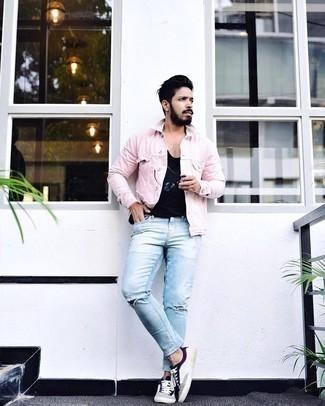 Trend da uomo 2020 in modo rilassato: Opta per una giacca di jeans rosa e jeans strappati azzurri per una sensazione di semplicità e spensieratezza. Un paio di sneakers basse di tela bianche e blu scuro darà un tocco di forza e virilità a ogni completo.