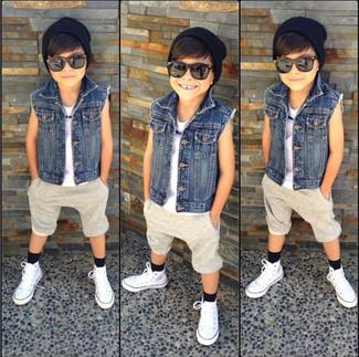 Come indossare e abbinare: giacca di jeans blu, canotta bianca, pantaloncini beige, sneakers bianche