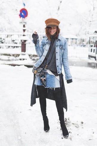 Come indossare e abbinare: giacca di jeans azzurra, cardigan grigio scuro, dolcevita grigio scuro, camicia elegante bianca