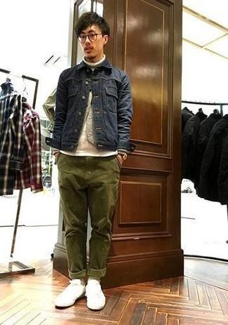 Trend da uomo 2020: Scegli un outfit composto da una giacca di jeans blu scuro e chino verde oliva per un look raffinato per il tempo libero. Prova con un paio di sneakers basse di tela bianche per un tocco più rilassato.