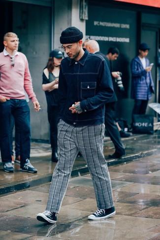 Come indossare e abbinare: giacca di jeans blu scuro, chino scozzesi grigi, sneakers alte di tela nere e bianche, berretto nera