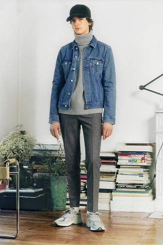 Moda ragazzo adolescente: Per un outfit quotidiano pieno di carattere e personalità, indossa una giacca di jeans blu con chino di lana a quadri grigi. Non vuoi calcare troppo la mano con le scarpe? Scegli un paio di scarpe sportive grigie come calzature per la giornata.