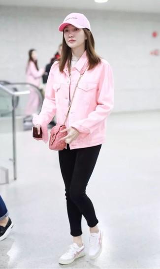 Come indossare: giacca di jeans rosa, dolcevita beige, jeans aderenti neri, sneakers basse in pelle bianche