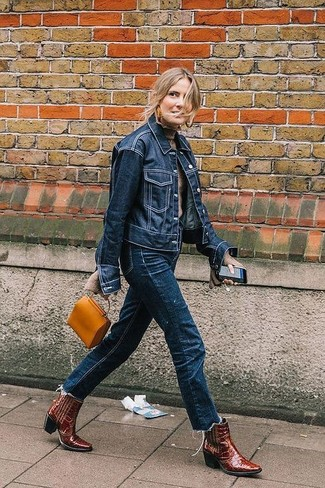 Come indossare: giacca di jeans blu scuro, dolcevita beige, jeans blu scuro, stivali da cowboy in pelle bordeaux