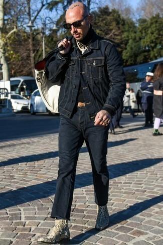 Come indossare e abbinare stivali chelsea in pelle con stampa serpente beige: Potresti combinare una giacca di jeans blu scuro con jeans blu scuro per un look trendy e alla mano. Scegli uno stile classico per le calzature e prova con un paio di stivali chelsea in pelle con stampa serpente beige.