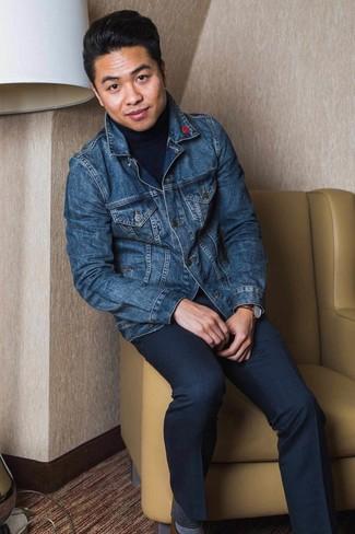 Come indossare e abbinare: giacca di jeans blu scuro, dolcevita blu scuro, pantaloni eleganti blu scuro, scarpe derby in pelle marroni