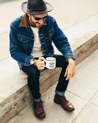 Come indossare e abbinare un borsalino di lana grigio scuro: Potresti indossare una giacca di jeans blu e un borsalino di lana grigio scuro per un look comfy-casual. Scegli uno stile classico per le calzature e scegli un paio di stivali casual in pelle marroni.