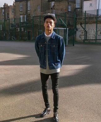 Come indossare: giacca di jeans blu scuro, felpa grigia, camicia elegante bianca, jeans aderenti neri