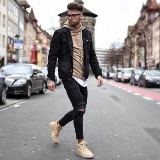 Come indossare e abbinare jeans aderenti strappati neri: Opta per il comfort in una giacca di jeans nera e jeans aderenti strappati neri. Sneakers alte in pelle marrone chiaro sono una eccellente scelta per completare il look.