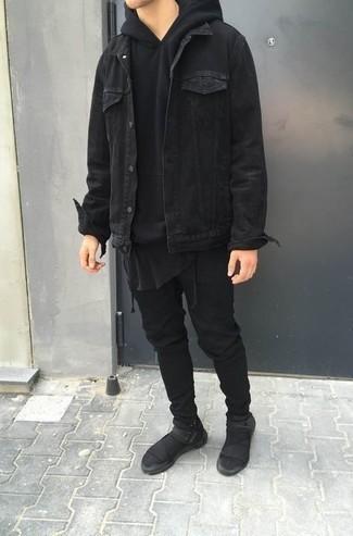 Trend da uomo 2021 in autunno 2021 in modo casual: Abbina una giacca di jeans nera con jeans neri per vestirti casual. Calza un paio di scarpe sportive nere per avere un aspetto più rilassato. Una fantastica scelta per essere più cool e trendy anche in autunno.