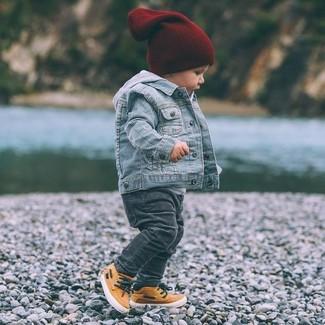 Come indossare e abbinare: giacca di jeans azzurra, felpa con cappuccio grigia, jeans grigio scuro, sneakers arancioni