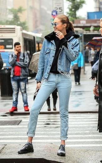 Una giornata impegnativa richiede un outfit semplice ma elegante, come una giacca di jeans blu e jeans azzurri. Scarpe derby in pelle nere di Marsèll renderanno il tuo look davvero alla moda.