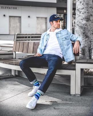 Come indossare e abbinare calzini a righe orizzontali blu: Potresti combinare una giacca di jeans azzurra con calzini a righe orizzontali blu per una sensazione di semplicità e spensieratezza. Scegli uno stile classico per le calzature e scegli un paio di sneakers basse di tela bianche.