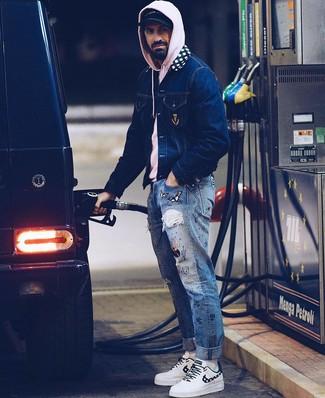 Come indossare e abbinare: giacca di jeans blu scuro, felpa con cappuccio rosa, jeans stampati blu, sneakers basse in pelle bianche
