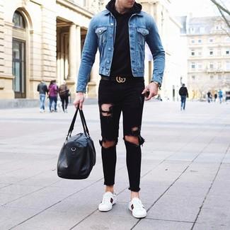 Come indossare e abbinare un borsone in pelle nero con jeans