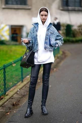 Come indossare e abbinare: giacca di jeans blu, felpa con cappuccio bianca, leggings in pelle neri, stivali sopra il ginocchio in pelle neri