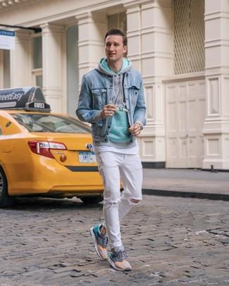 Come indossare e abbinare: giacca di jeans azzurra, felpa con cappuccio verde menta, t-shirt girocollo bianca, jeans strappati bianchi
