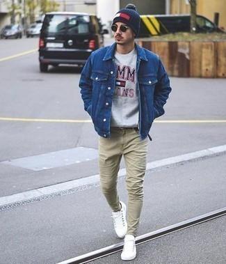 Come indossare e abbinare sneakers basse bianche: Indossa una giacca di jeans blu e jeans beige per un outfit comodo ma studiato con cura. Perfeziona questo look con un paio di sneakers basse bianche.