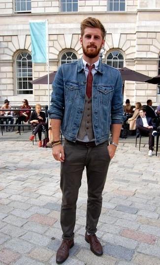 Scuro Di Indossare Giacca Con Pantaloni Jeans Grigio Chino Una Come qfwz4aw