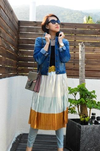Come indossare: giacca di jeans blu, gonna longuette a pieghe argento, jeans aderenti azzurri, sandali con tacco con paillettes dorati