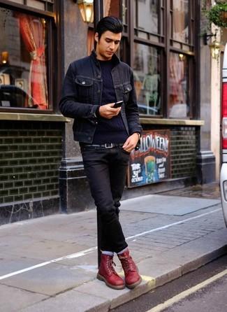 Come indossare e abbinare: giacca di jeans blu scuro, maglione a trecce blu scuro, jeans neri, stivali casual in pelle bordeaux