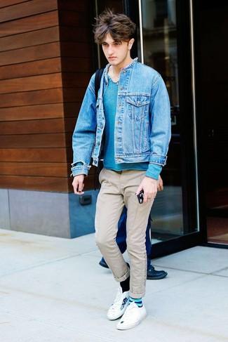 Come indossare e abbinare sneakers basse stampate bianche: Vestiti con una giacca di jeans blu e chino beige per un outfit comodo ma studiato con cura. Indossa un paio di sneakers basse stampate bianche per un tocco più rilassato.