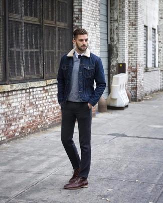 Come indossare e abbinare: giacca di jeans blu scuro, maglione con scollo a v grigio, camicia elegante bianca, pantaloni eleganti grigio scuro