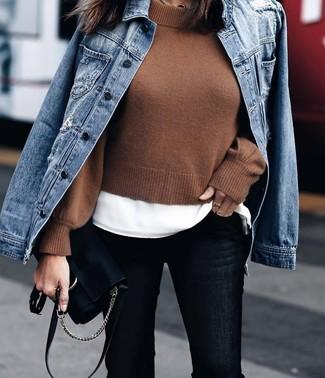 Come indossare: giacca di jeans blu, maglione corto marrone, t-shirt girocollo bianca, jeans aderenti neri