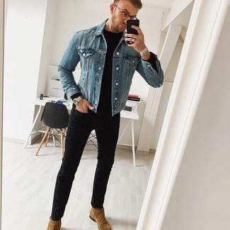 Come indossare e abbinare un maglione girocollo nero: Indossa un maglione girocollo nero e jeans aderenti neri per un look semplice, da indossare ogni giorno. Sfodera il gusto per le calzature di lusso e calza un paio di stivali chelsea in pelle scamosciata marrone chiaro.