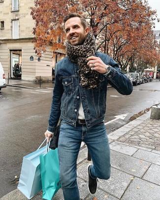 Come indossare e abbinare: giacca di jeans blu scuro, maglione girocollo grigio, jeans blu, sneakers basse in pelle nere