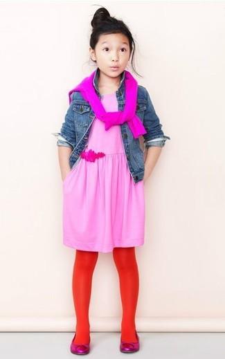 Come indossare: giacca di jeans blu, maglione fucsia, vestito rosa, ballerine fucsia