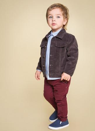 Come indossare: giacca di jeans marrone scuro, camicia a maniche lunghe azzurra, jeans bordeaux, sneakers blu scuro