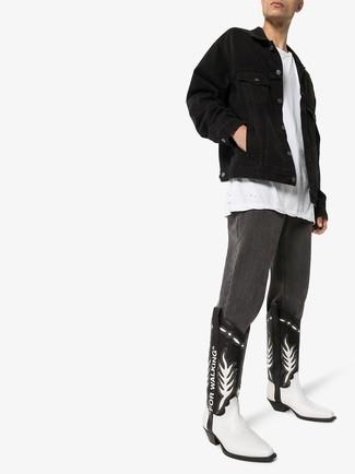 Come indossare e abbinare: giacca di jeans nera, t-shirt girocollo bianca, jeans grigio scuro, stivali texani in pelle neri e bianchi