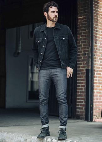 Come indossare e abbinare: giacca di jeans nera, t-shirt girocollo nera, jeans grigio scuro, stivali casual in pelle verde scuro