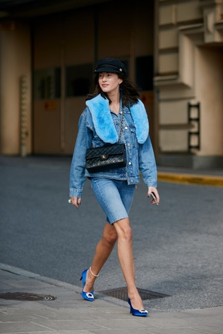 Come indossare e abbinare: giacca di jeans blu, pantaloncini ciclisti di jeans blu, décolleté di raso decorati blu, cartella in pelle trapuntata nera