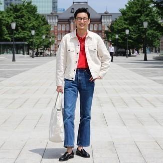 Moda uomo anni 30: Prova ad abbinare una giacca di jeans bianca con jeans blu per un look trendy e alla mano. Opta per un paio di mocassini eleganti in pelle neri per un tocco virile.