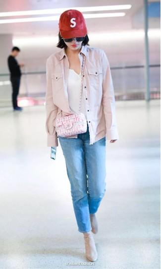 Come indossare e abbinare: giacca di jeans rosa, serafino bianco, jeans blu, stivaletti in pelle scamosciata beige