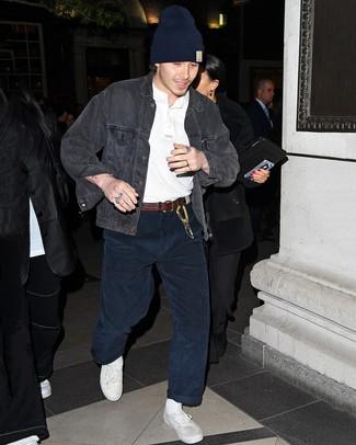 Come indossare e abbinare: giacca di jeans grigio scuro, serafino bianco, jeans di velluto a coste blu scuro, sneakers basse di tela bianche