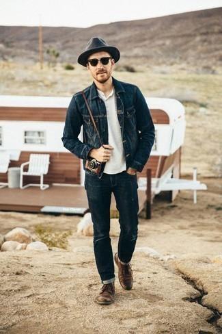 Come indossare e abbinare un borsalino di lana grigio scuro: Per un outfit della massima comodità, prova a combinare una giacca di jeans blu scuro con un borsalino di lana grigio scuro. Stivali casual in pelle marroni impreziosiranno all'istante anche il look più trasandato.