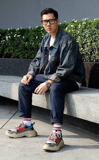 Come indossare e abbinare: giacca di jeans blu scuro, t-shirt girocollo bianca, chino blu scuro, scarpe sportive multicolori