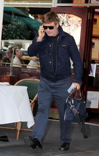 Come indossare e abbinare: giacca di jeans blu scuro, t-shirt girocollo nera, chino blu scuro, mocassini eleganti in pelle neri