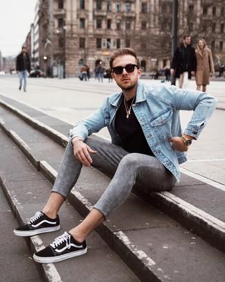 Come indossare e abbinare: giacca di jeans azzurra, t-shirt girocollo nera, chino scozzesi grigi, sneakers basse di tela nere e bianche