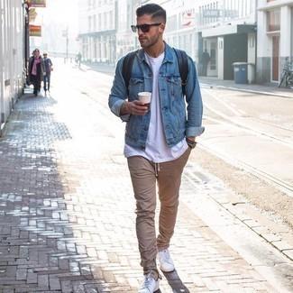 Come indossare e abbinare un orologio nero e bianco: Abbina una giacca di jeans azzurra con un orologio nero e bianco per un'atmosfera casual-cool. Scegli uno stile classico per le calzature e indossa un paio di sneakers basse in pelle bianche.