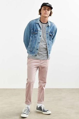 Come indossare e abbinare calzini bianchi: Per un outfit della massima comodità, vestiti con una giacca di jeans azzurra e calzini bianchi. Sfodera il gusto per le calzature di lusso e scegli un paio di sneakers basse di tela grigio scuro.