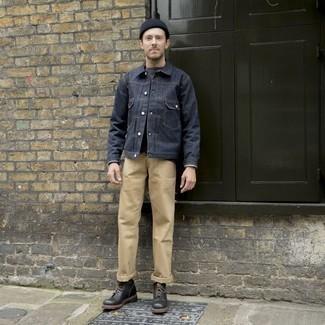 Come indossare e abbinare chino marrone chiaro: Opta per una giacca di jeans blu scuro e chino marrone chiaro per un fantastico look da sfoggiare nel weekend. Completa il tuo abbigliamento con un paio di stivali casual in pelle neri.