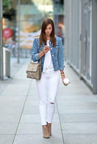 Come indossare: giacca di jeans azzurra, t-shirt girocollo bianca, jeans aderenti strappati bianchi, stivaletti in pelle scamosciata marrone chiaro