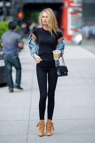 Come indossare: giacca di jeans blu, t-shirt girocollo nera, jeans aderenti neri, stivaletti in pelle scamosciata marrone chiaro