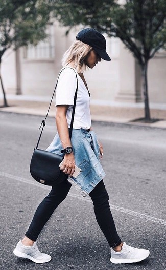 Come indossare: giacca di jeans blu, t-shirt girocollo bianca, jeans aderenti neri, scarpe sportive grigie