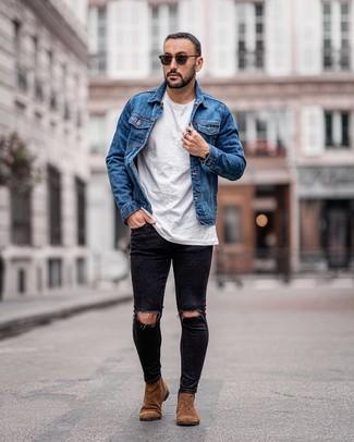 Come indossare e abbinare: giacca di jeans blu, t-shirt girocollo bianca, jeans aderenti strappati neri, stivali chelsea in pelle scamosciata marroni